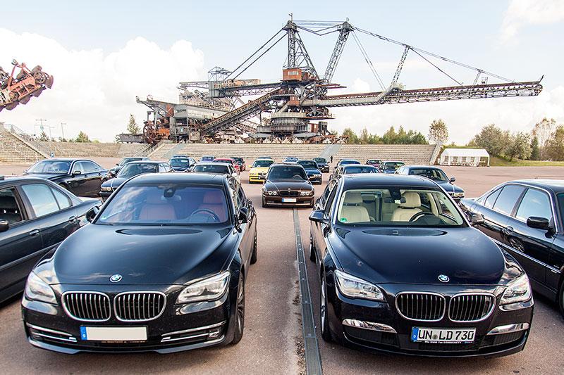 BMW 760i (F01 LCI) von Frank ('sportpablo') und BMW 730Ld (F02 LCI) von Christian ('Christian') beim Gruppenfoto in der Ferropolis-Arena