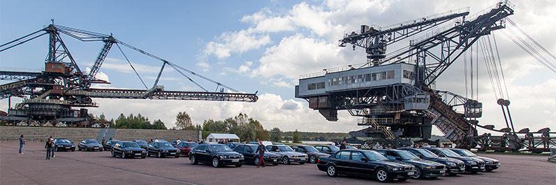 Gruppenfoto mit den teilnehmenden 7er-BMWs in der Arena der Ferropolis