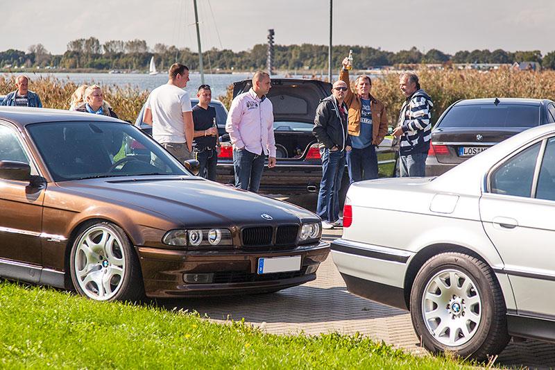 BMW 7er-Parken am Goitzschesee beim Restaurant trattoria al faro