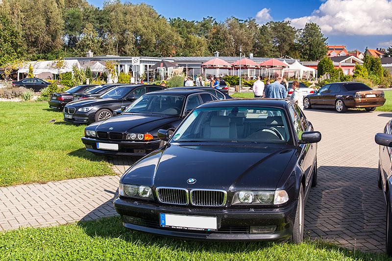 BMW 7er-Parken am Goitzschesee beim Restaurant trattoria al faro: vorne der BMW 750i (E38) von Roland ('roland1')