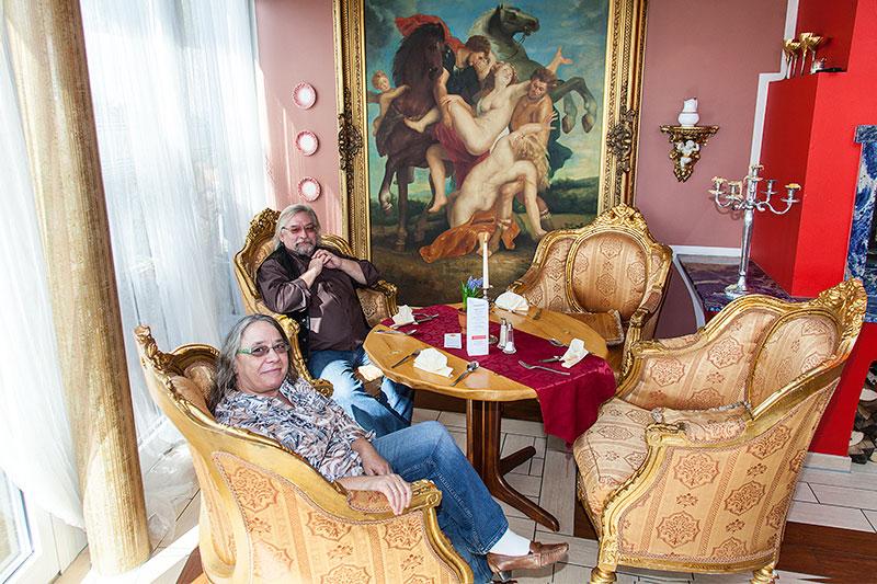 Johannes ('hwjk') mit Frau Heide im Bernsteinzimmer des trattoria al faro, das für die BMW-Freunde reserviert war