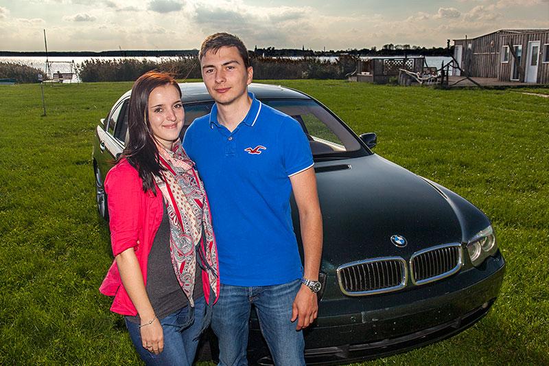 Chris ('750li') mit Freundin Natalie und seinem BMW 750Li (E66) am Ufer des Goitzschesees nahe der trattoria al faro