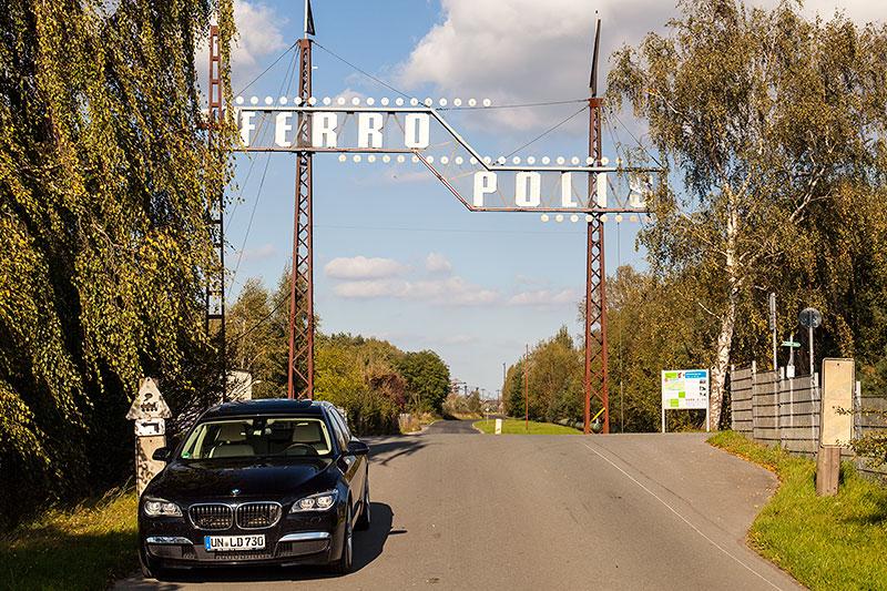 Eingangsportal zur Ferropolis, vorne der BMW 730Ld (F02 LCI) von Chrisitian ('Christian')