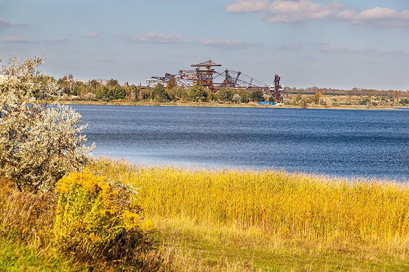 Blick aus der Entfernung auf die Ferropolis und den Gremminer See