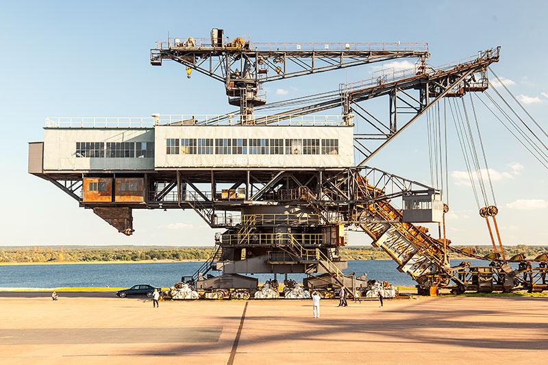 Ferropolis: Mad Max Eimerkettenbagger mit Schienenfahrwerkf, Baujahr 1962, 1.250 Tonnen schwer, 79.2 m lang