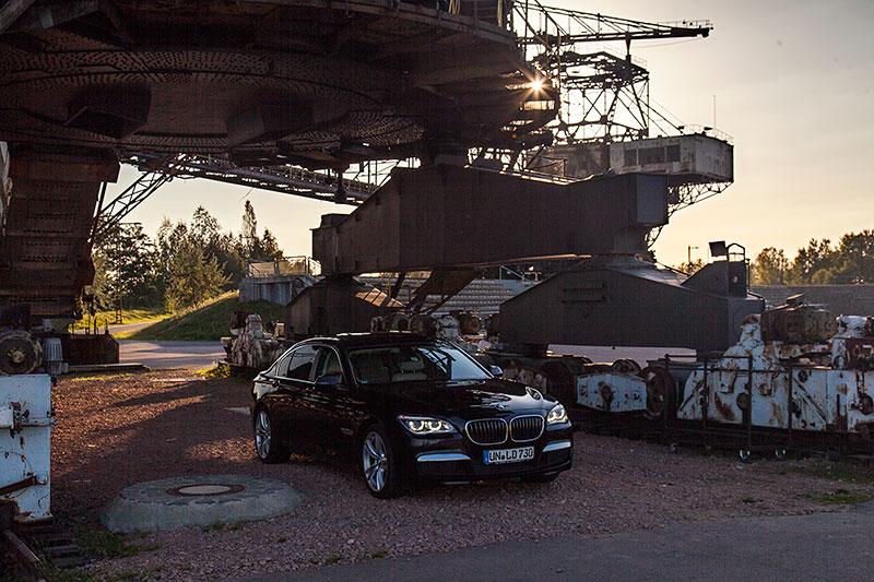 BMW 730Ld (F02 LCI) von Christian ('Christian') unter dem Mad Max Eimerkettenbagger in der Ferropolis