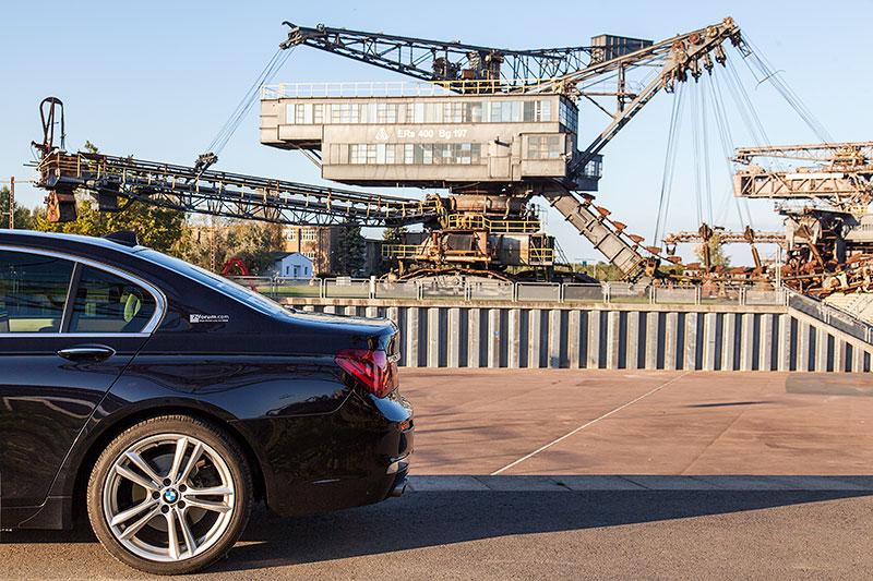 BMW 730Ld (F02 LCI) von Christian ('Christian') in der Ferropolis-Arena vor dem Mad Max Eimerkettenbagger