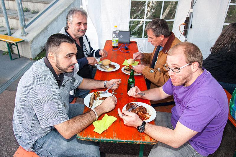 Barbecue am Abend: leckers Fleisch vom Grill und Salate gab es