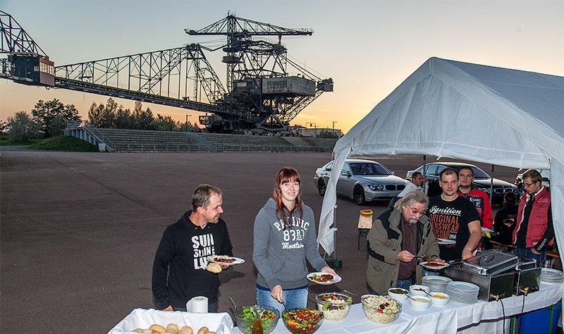 Barbecue am Abend in der Ferropolis-Arena: leckers Fleisch vom Grill und Salate gab es