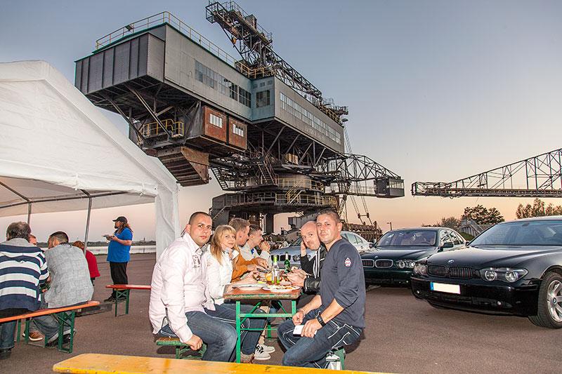 Barbecue unter dem Mad Max Eimerkettenbagger und bei den teilnehmenden 7er-BMWs
