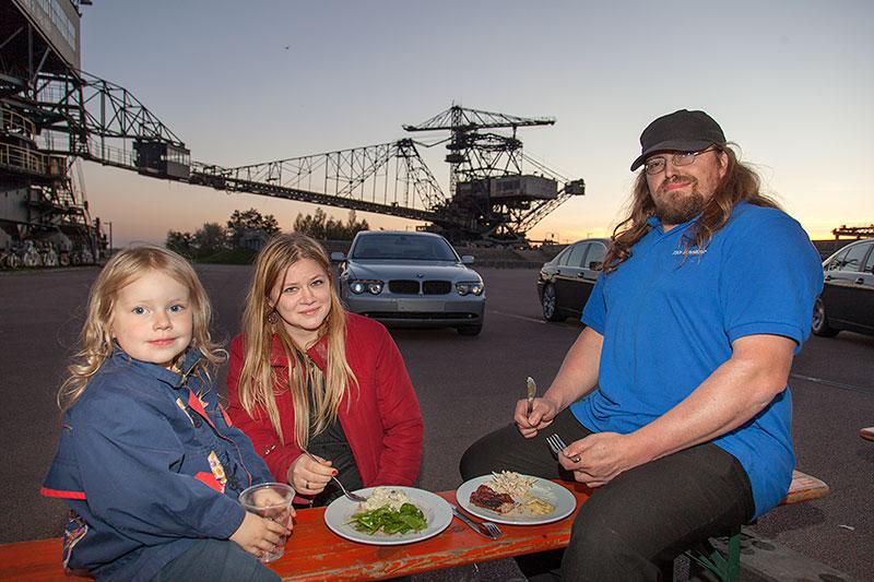 Matthias ('730i Schnitzer') mit Frau und Kind beim Barbecue in der Ferropolis-Arena