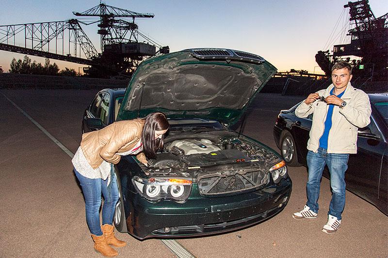 Chris ('750li') und Freundin basteln an Chris' BMW 750Li (E66)