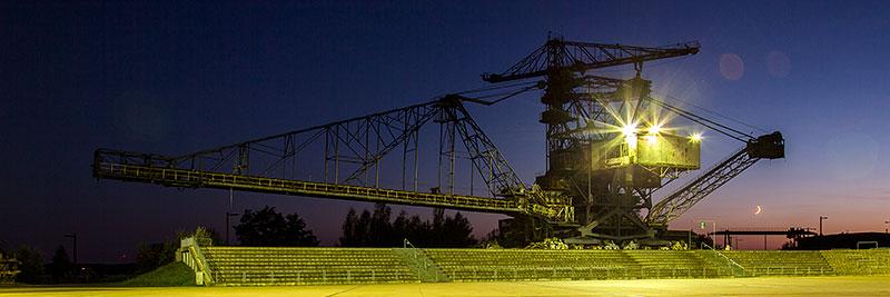 Medusa-Absetzer im Abendlicht mit eingeschalteter Arena-Beleuchtung