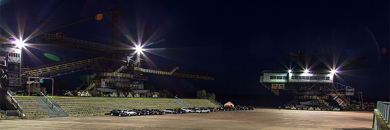 Ferropolis Arena am Abend mit eingeschalteter Platz-Beleuchtung