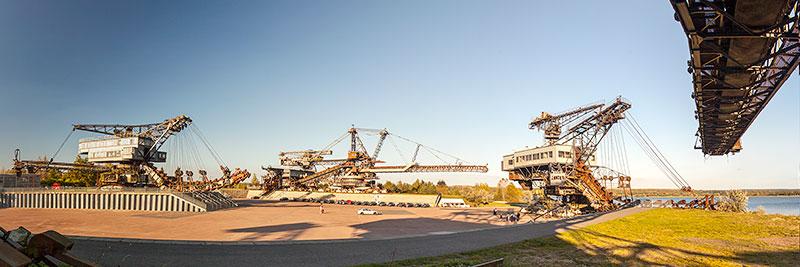 Panorama-Blick in die Ferropolis-Arena mit dem Mosquito Bagger, Gemini-Absetzer und Mad Max Bagger am späten Nachmittag