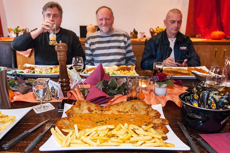 XXL Paprika-Rahm-Schnitzel im Landgasthaus Brandenburg in Essen