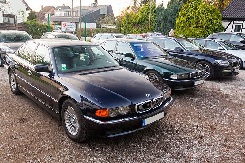7er-Parken vor dem Landgasthaus Brandenburg in Essen, vorne der BMW 735i (E38) von Günter ('Aschallnick')