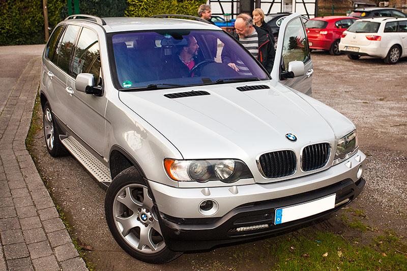 Peter ('TurboPeter') zeigt Günter ('Aschallnick', am Steuer) seinen BMW X5 (E53)