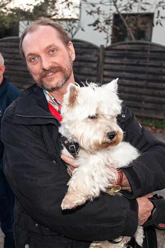 Günter ('Aschallnick') mit Hund am Landgasthaus Brandenburg in Essen