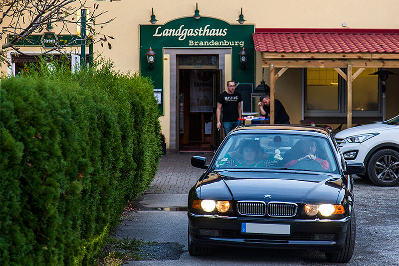 Günter ('Aschallnick') in seinem BMW 735i (E38) vor dem Landgasthaus Brandenburg in Essen