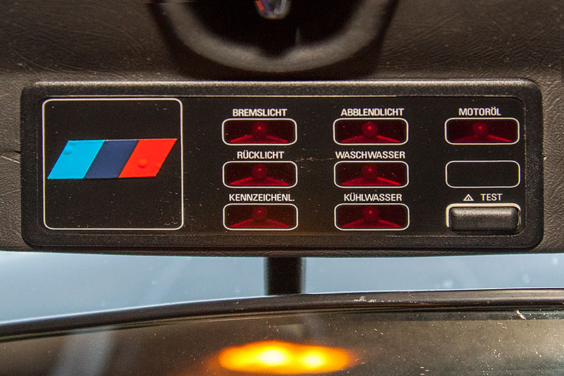Check-Control im Dachhimmel des BMW 528i (E28) von Ralf ('asc-730i') mit M-Logo