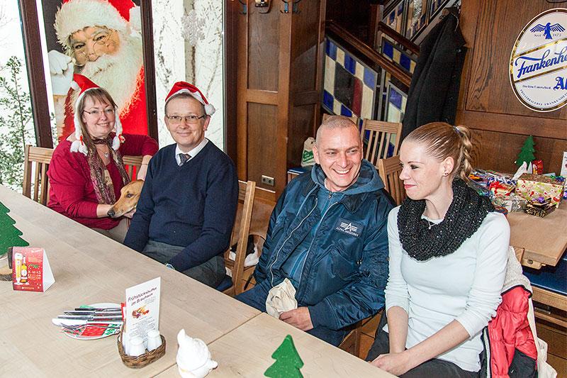 Stammtischrunde im Wickrather Brauhaus mit Rita ('Die Windigen', links) und Mann Axel ('amber') und Thomas ('CoMBaT') mit Freundin