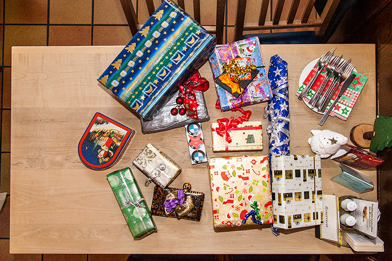 Rheinischer Weihnachts-Stammtisch 2014: Der Gabentisch mit den mitgebrachten Wichtelgeschenken