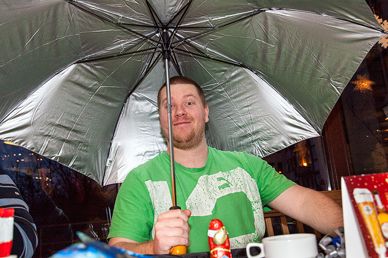 Dennis ('Kader') bekam einen grossen Regenschirm als Wichtelgeschenk