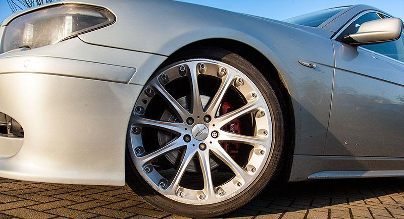 BMW 745i (E65), von Alain ('Alien') auf 21 Zoll grossen Hartge Felgen mit 255/35 Reifen vorne