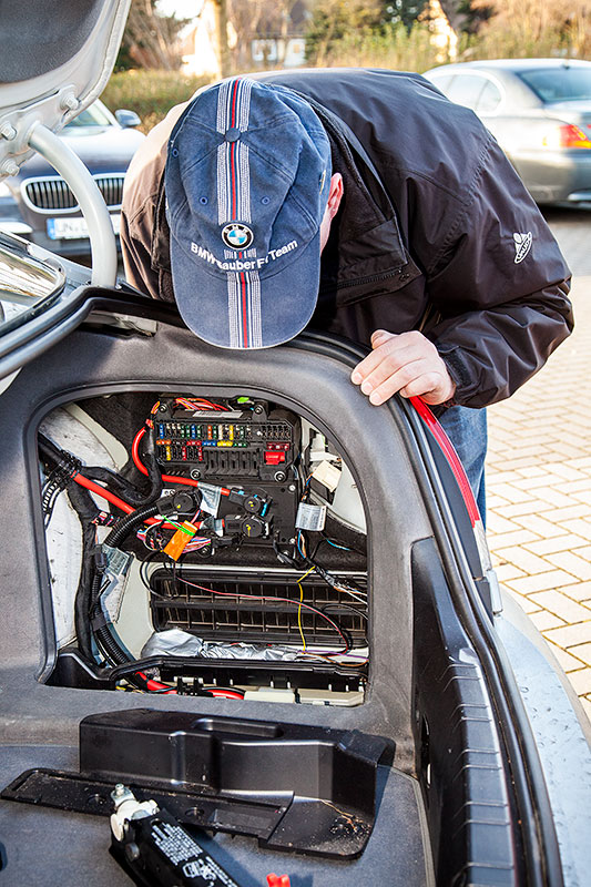BMW 745i (E65), von Alain ('Alien'), Elektrik im Kofferraum
