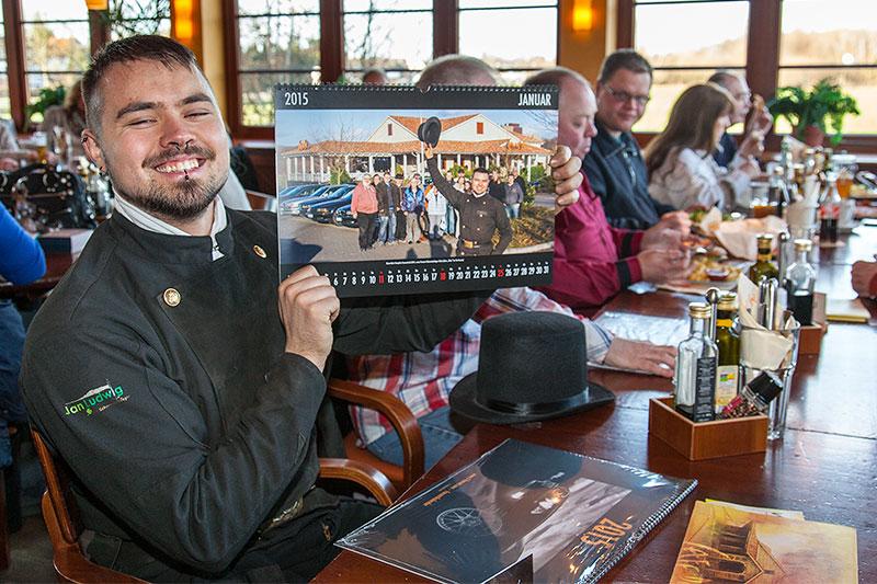 Alain ('Alien') bekam beim Stammtisch ein Exemplar des neuen 7-forum.com Wandkalenders, in dem er auf dem Januar-Motiv abgebildet ist