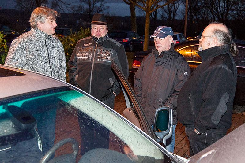 Neujahrs-Rhein-Ruhr-Stammtisch 2015: Stammtischrunde auf dem Parkplatz