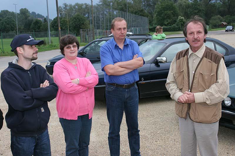 vor Fahrtbeginn gibt Jörg Bartz (rechts) noch Infos zur Ausfahrt
