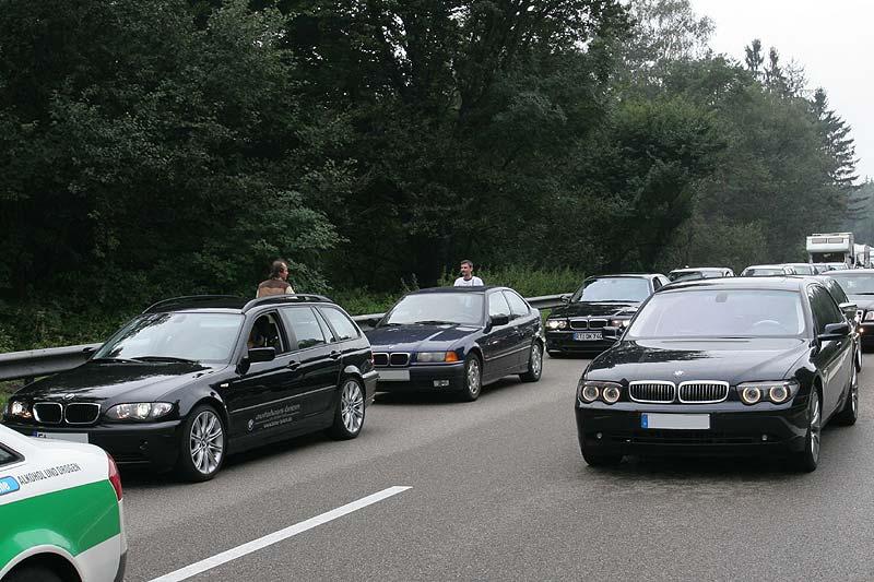 BMW stoppt Konvoi auf der Autobahn und ermöglicht Foto