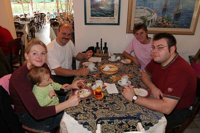 Erich M. mit seiner Frau, Tochter, Schwiegersohn und Enkelkind