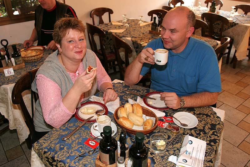 Beim Frühstück: Karin und Pascal