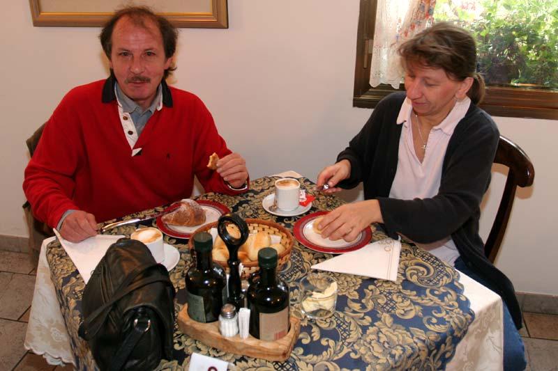 Jörg mit Frau Sabine beim Frühstück