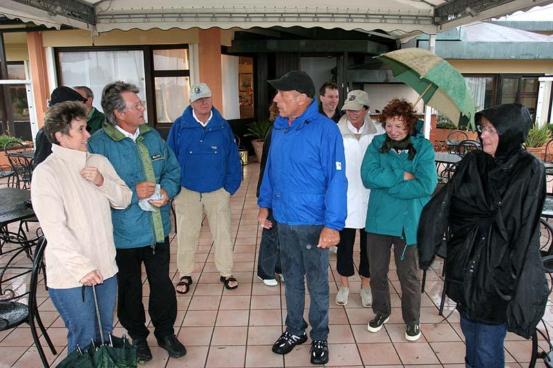 Herr Erban mit den Teilnehmern am Golfhotel