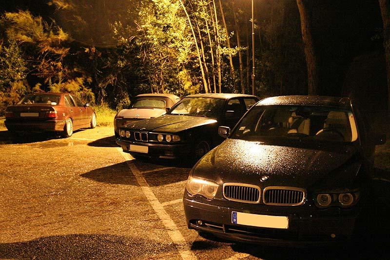 BMWs auf dem Restaurant-Parkplatz am Abend