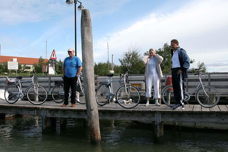 Am Fährhafen: Pascal, Andrej mit Frau