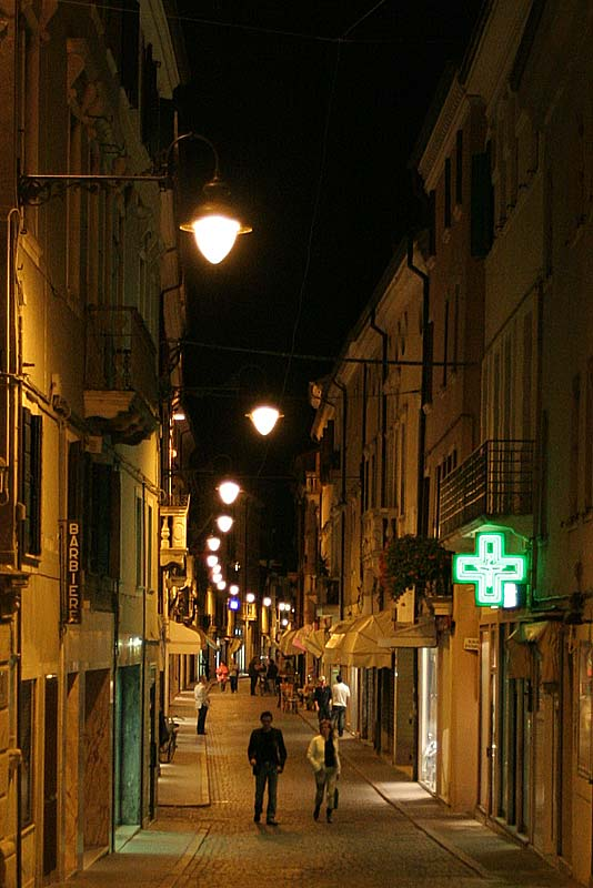 Einkaufsstraße in Adria