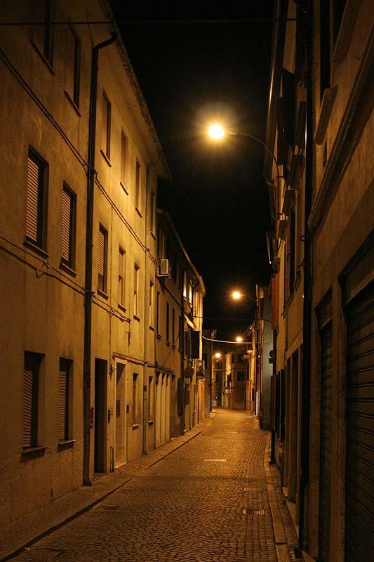 ausgestorbene Stadt Adria nach 20 Uhr