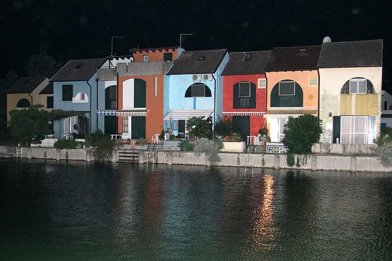 Reihenhäuser auf Albarella bei Nacht