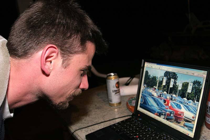 Daniel schaut Bilder von vergangenen BMW-Treffen an