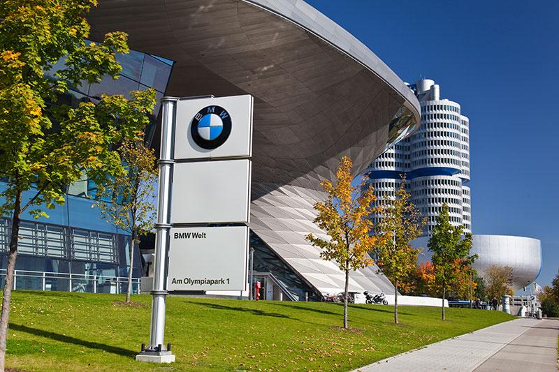 BMW Welt mit der BMW Konzernzentrale und dem BMW Museum im Hintergrund