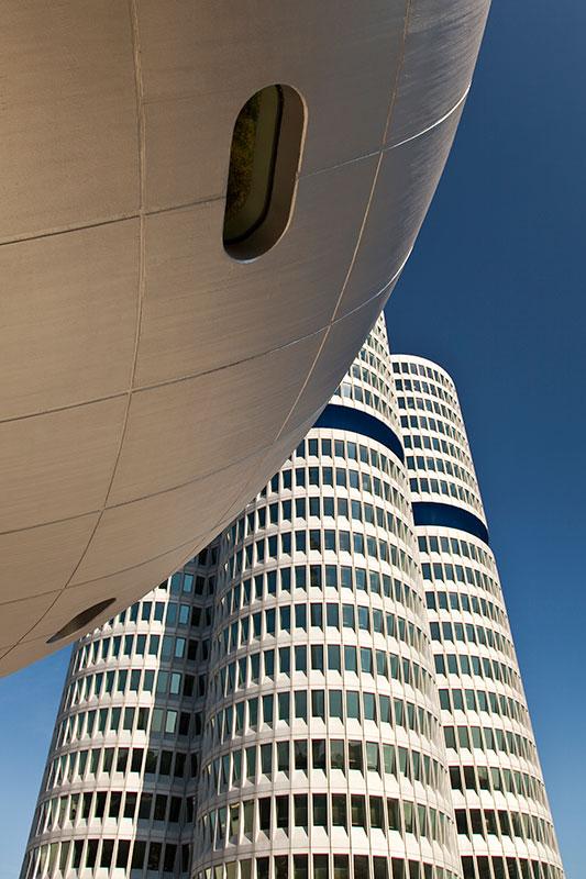 BMW Konzernzentrale 'Vierzylinder', mit der Museumskuppel vorne
