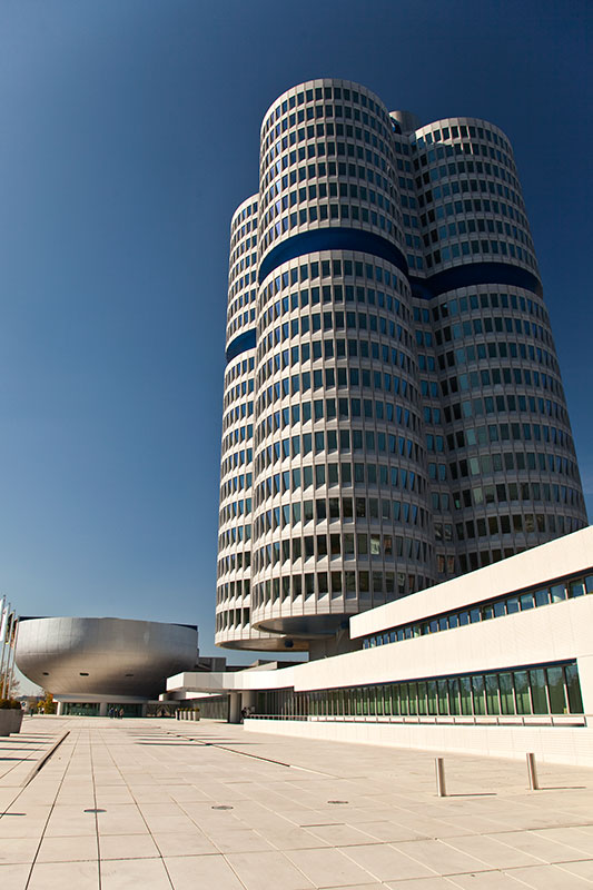 BMW Konzernzentrale 'Vierzylinder' und Museum links