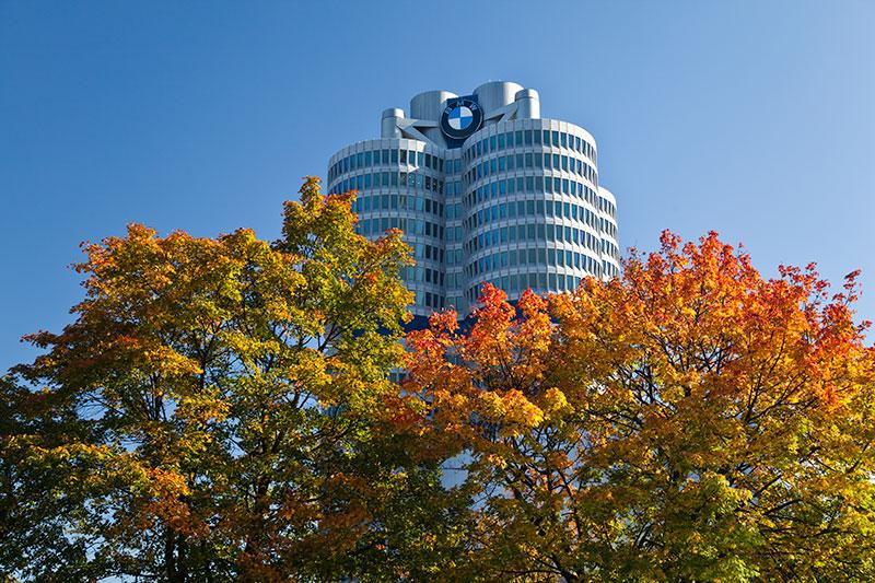 BMW Konzernzentrale 'Vierzylinder' vom herbstlichen Olympiapark aus gesehen