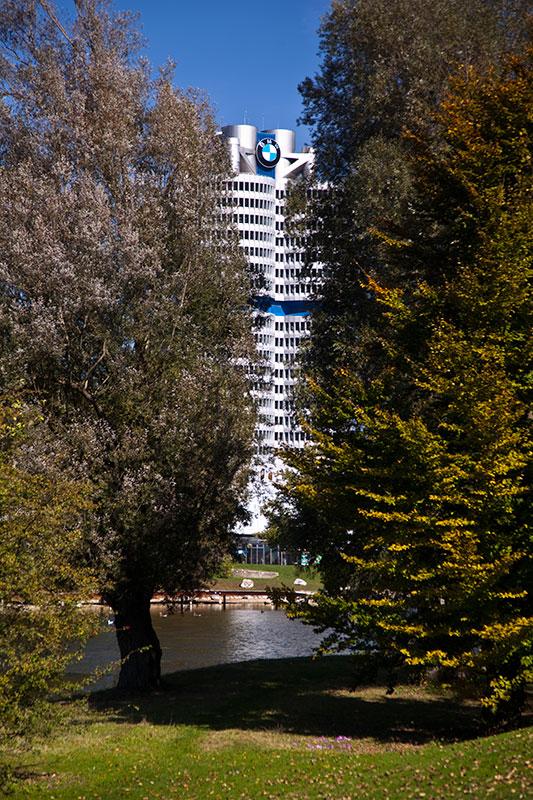 BMW Konzernzentrale 'Vierzylinder' vom Olypmiapark aus gesehen