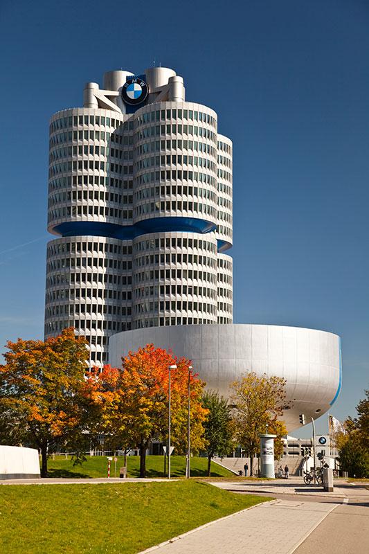 BMW Konzernzentrale 'Vierzylinder' mit dem BMW Museum vorne